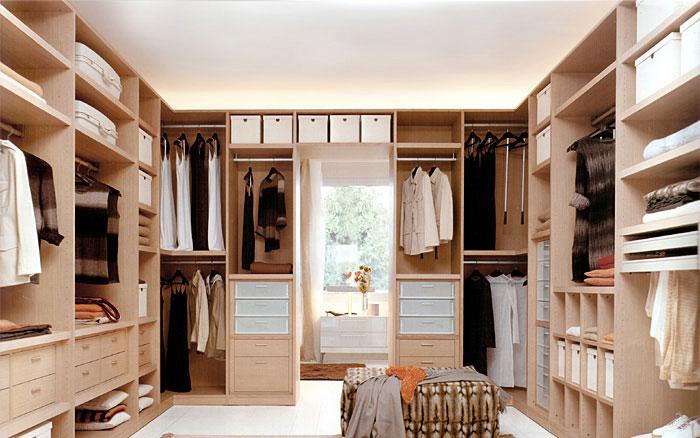 Угловая гардеробная в спальне 27